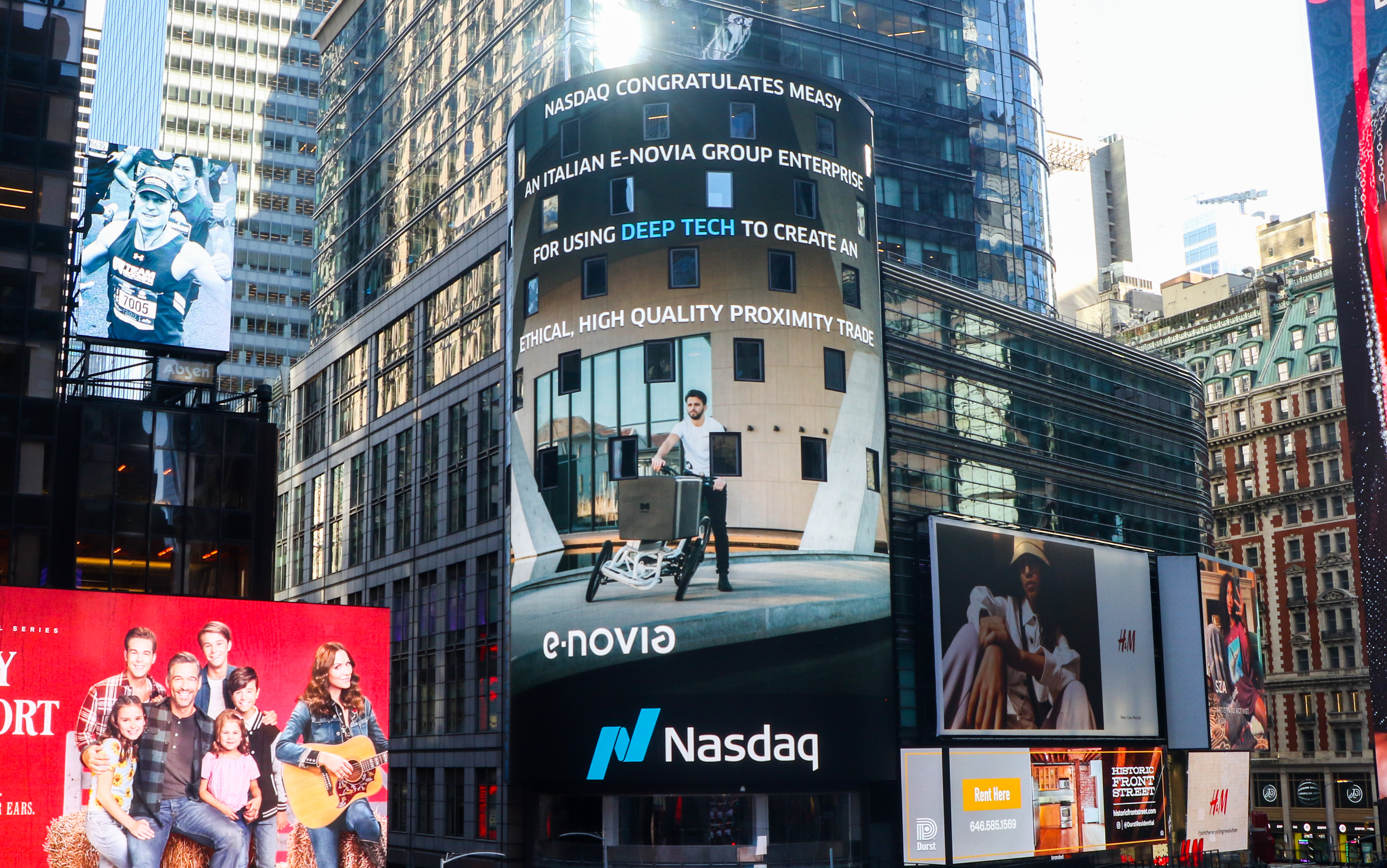 e-Novia and Measy on the NASDAQ Tower in New York